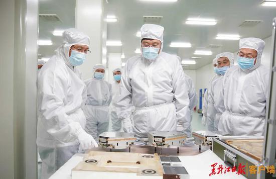王文涛在哈尔滨工业大学精密装备研发中心调研。