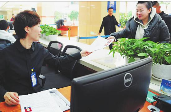 工作人员在为市民办理业务。 本报记者荆天旭摄