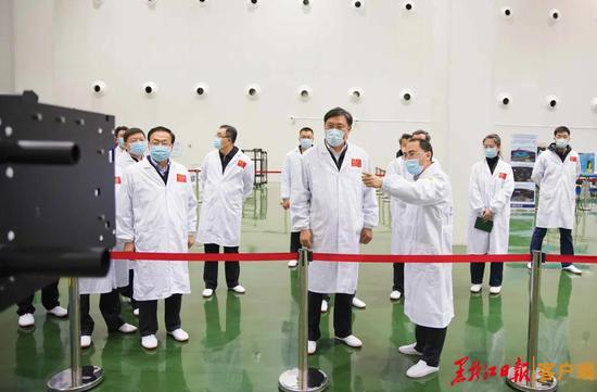 王文涛在哈尔滨工业大学微小型航天器研发中心调研。