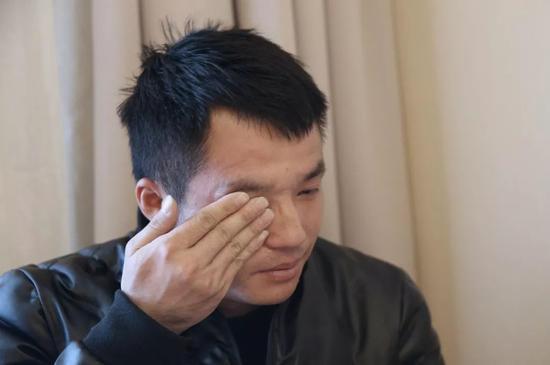 2019年2月26日,上海,王永福在提起当年在北京站时所认的姐姐对他如何好时,流下眼泪。新京报记者尹亚飞 摄