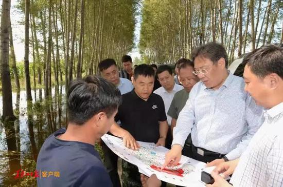 王文涛在明水县了解农业受灾情况。