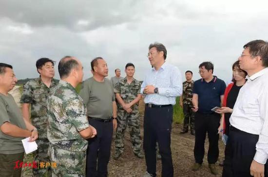 王文涛在兰西呼兰河四家子堤防段查看险工弱段抢修加固情况。
