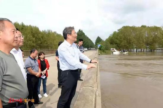 王文涛在青冈了解洪峰过境水位上涨情况。