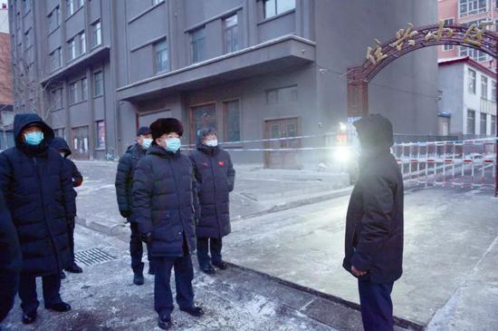 在望奎县佳兴小区,张庆伟考察实行封闭管理情况。