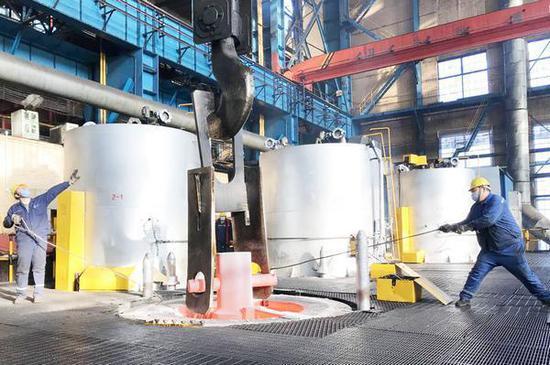 为了按期完成重点生产任务,中国一重集团热处理厂的干部职工在春节期间仍然坚守岗位。中国一重集团供图