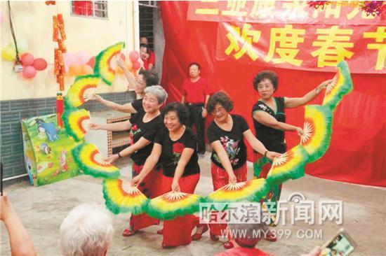 吴女士经营的三亚康泉阳光公寓内,来自哈尔滨的候鸟老人们欢度春节。