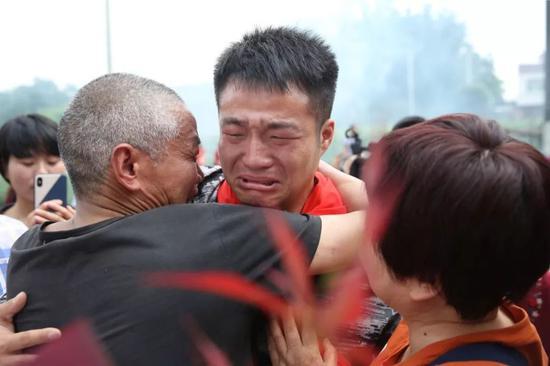 2019年5月14日,四川崇州市三江镇王桥村,王永福和阔别19年的父亲相拥而泣。 新京报记者 尹亚飞 摄