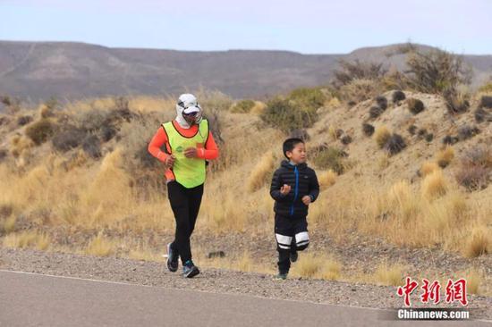 一位小男孩与白斌一起奔跑 受访者供图