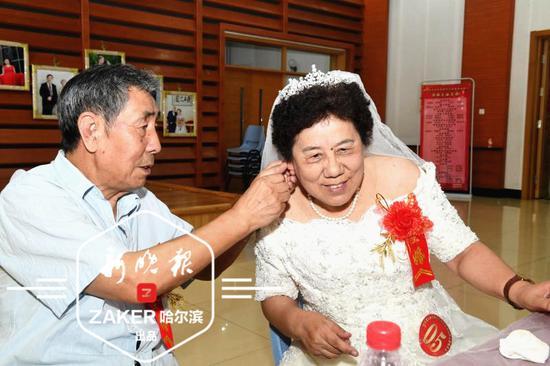 32 对金婚夫妇参加庆典。