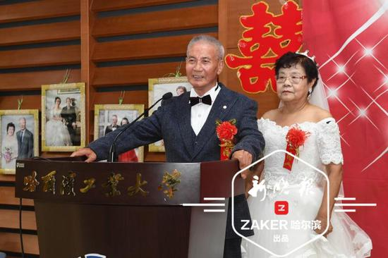 女士们穿着洁白的婚纱,男士们身着笔挺的西服,一起牵手走过红毯。