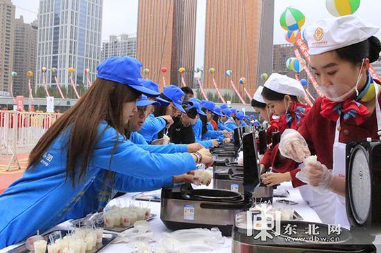 工作人员盛装米饭。 东北网记者 庄园 摄