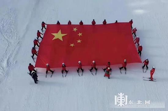 130平方米的巨型国旗。
