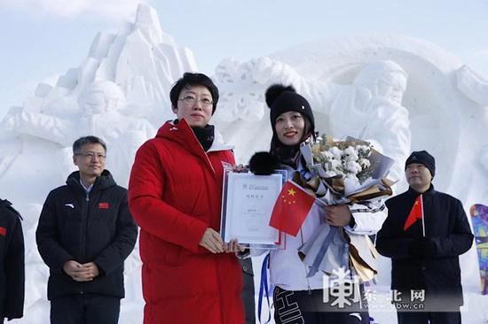 哈尔滨市委常委、宣传部部长闫红蕾为满丹丹颁发形象大使荣誉证书。