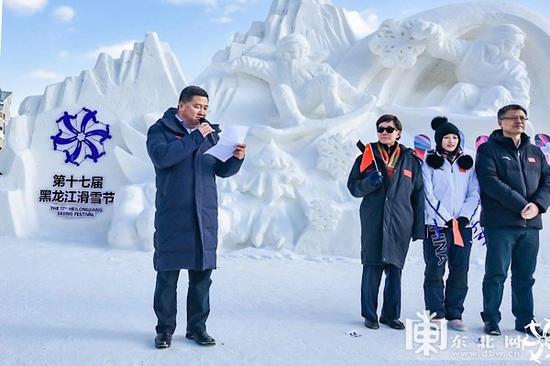 哈尔滨市政府亚布力管委会主任曹德友推介本届滑雪节。
