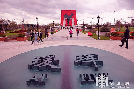 瑷珲腾冲中国人口地理分界线主题公园。东北网记者 安泽 摄