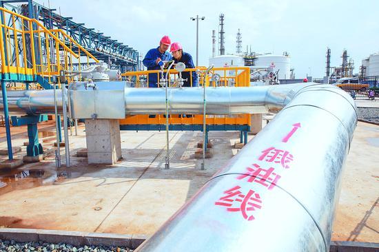 操作人员监测原油管线压力。