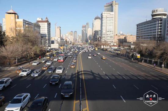 哈市中山路革新街路段恢复双向十车道 早高峰车行顺畅
