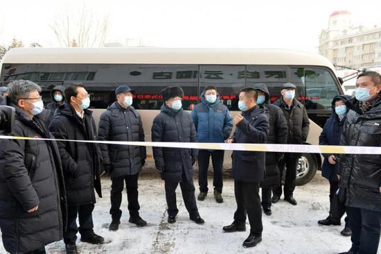 张庆伟来到北林区的派柏云酒店集中隔离医学观察点,听取有关情况介绍。