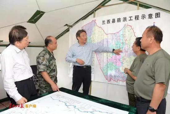 王文涛在兰西查看防汛物资储备。