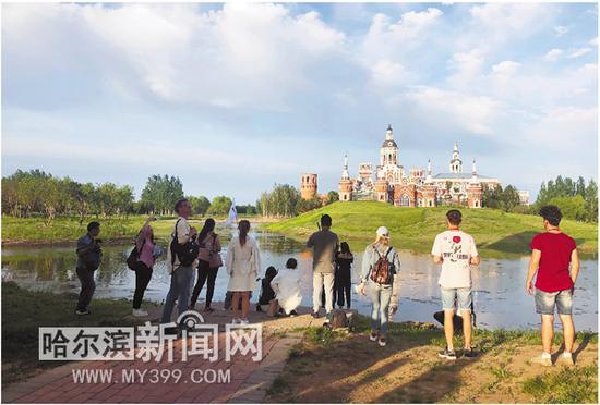 中外嘉宾在伏尔加庄园欣赏美景。