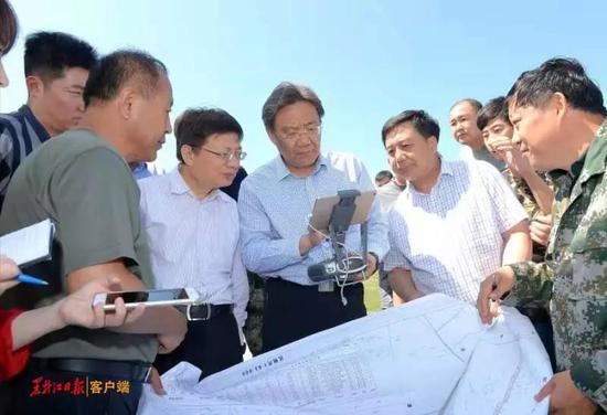 王文涛在明水县繁华水库了解防汛泄洪情况。