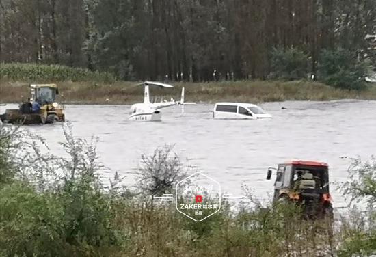 河水暴涨直升飞机被淹 铲车救出被困人员