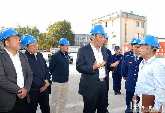 王文涛在中国蓝星哈尔滨石化有限公司检查安全生产工作。孙强 摄