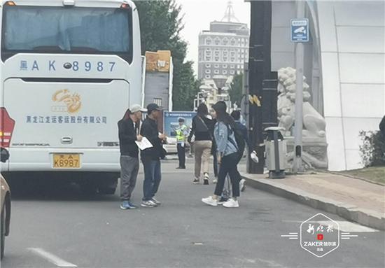 ▲黄牛在演唱会场馆外与歌迷搭话。张美玲摄
