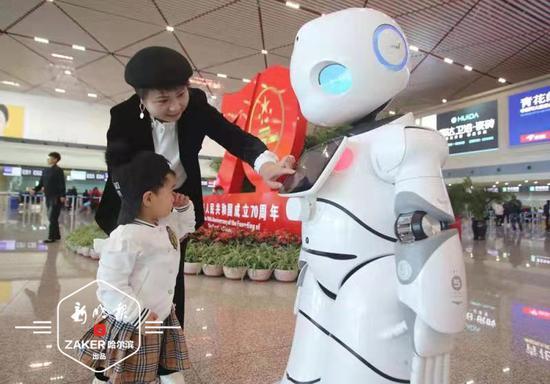 机器人能听懂东北话?智能问询机器人亮相哈机场