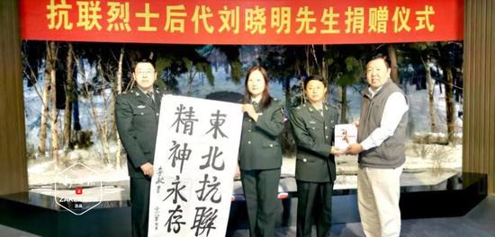 抗联后代书写峥嵘岁月 赠书哈尔滨烈士陵园