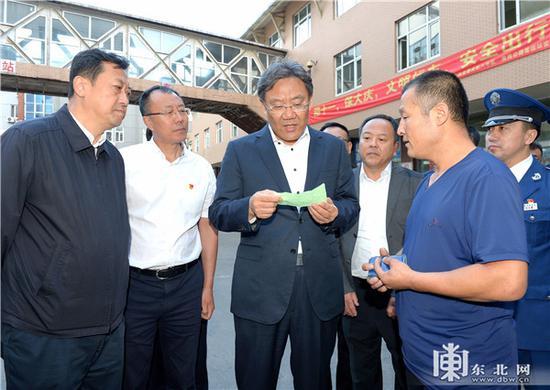 王文涛在哈尔滨南岗公路客运站了解客车每日安检情况。孙强 摄