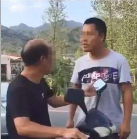 ▲常太(化名)当街殴打20年前班主任的视频,被发布在网络上。网传视频截图