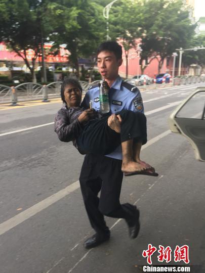 陈远鹏把老人从起火的民宅一路抱往警车