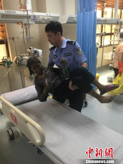 陈远鹏把老人抱进医务室