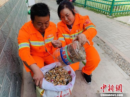 4月初的傍晚,兰州环卫工杨应珍和丈夫刘雁龙正在收集一整天捡到的烟头。 高康迪 摄
