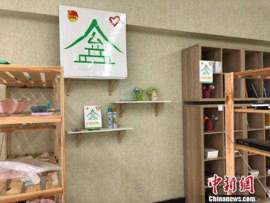 """四川师范大学""""公益屋""""内摆放的物品。 贺劭清 摄"""