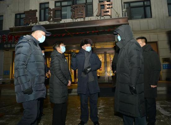 张庆伟在望奎县定点隔离场所嘉汇宾馆,考察各项防控措施落实情况。