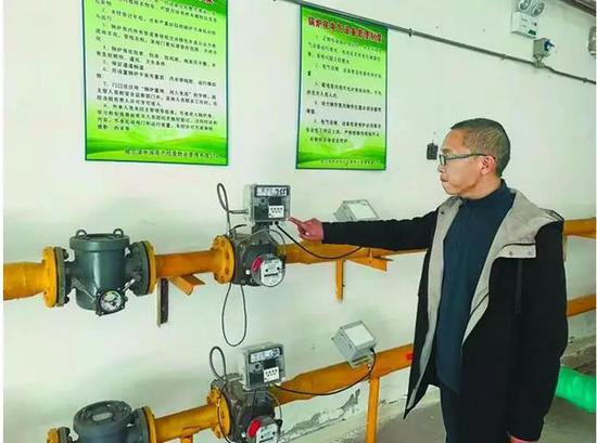 铁路东棵小区工作人员调试锅炉房燃气设备