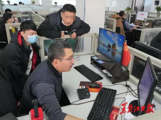 省人社信息中心工作人员进行第三代社会保障卡测试
