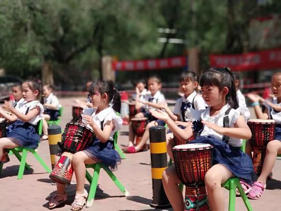 卓越幼儿园的小朋友带来了精彩的非洲鼓表演
