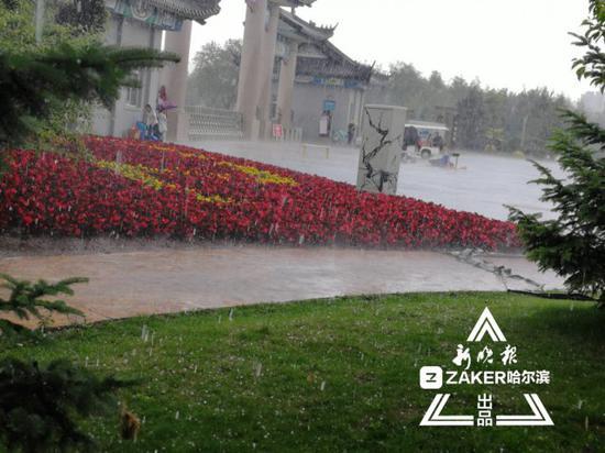 ↑ 中国亭园下雨加冰雹