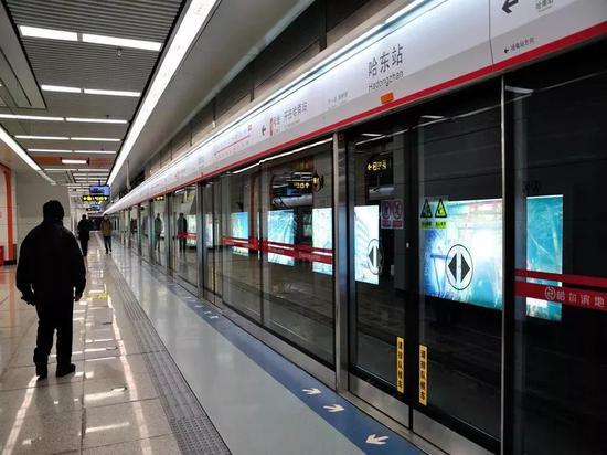 哈尔滨地铁集团相关负责人表示,享受免费乘坐地铁的军人范围为: