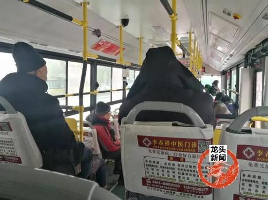 图为车厢乘客