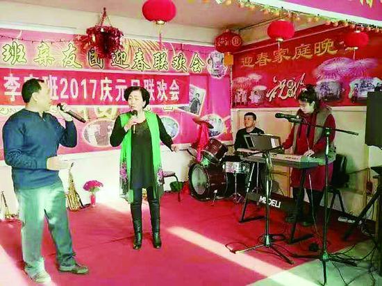 李波和老伴、儿子、孙女一起表演