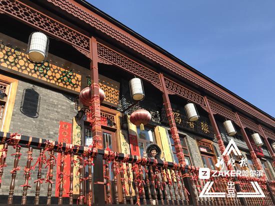 """节日里,南三道街上的 """" 网红 3D 墙 """" 仍是游客们的必游 """" 打卡 """" 地。"""