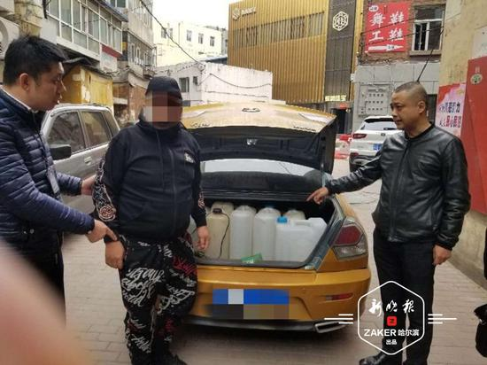 """沿街兜售 """""""" 黑汽油 """" 的车辆被警方查获。"""