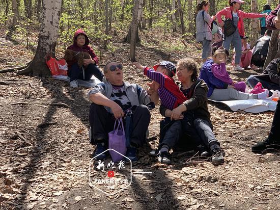 同样,4 月 28 日开园的省森林植物园 1 日、2 日也迎来客流高峰。