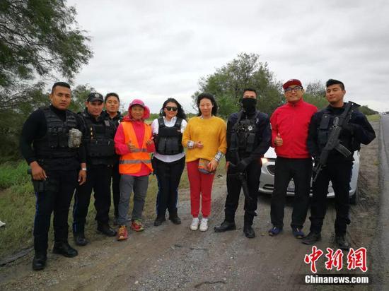 当地警察与白斌团队一行 受访者供图