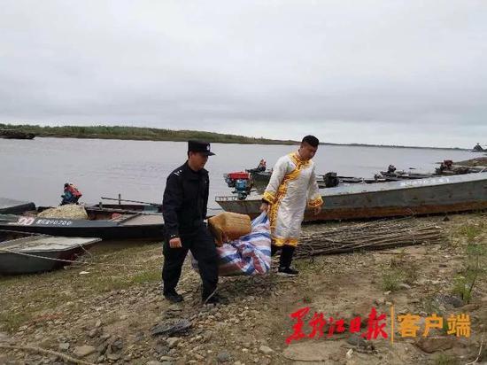 """佳木斯边境管理支队民警在""""禁渔期""""帮助渔民拉网上岸。"""