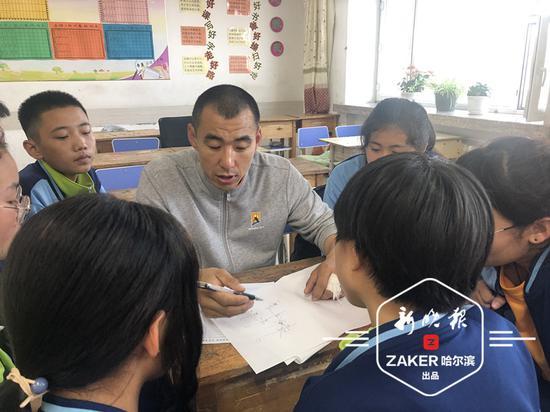 杨老师给同学们讲题。